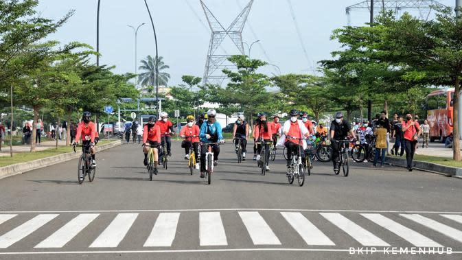 Menhub Budi bersepeda mengitari Track Area Intermoda BSD City bersama beberapa influencer seperti Wulan Guritno, Amanda Gratia, Jennie S Joesoef dan Nugie Nugroho dan Walikota Tangerang Selatan Airin Rachmi.