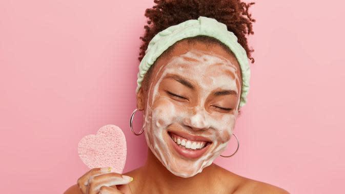 ilustrasi 5 tips menggunakan face painting agar wajah tidak berjerawat/WAYHOME studio/shutterstock
