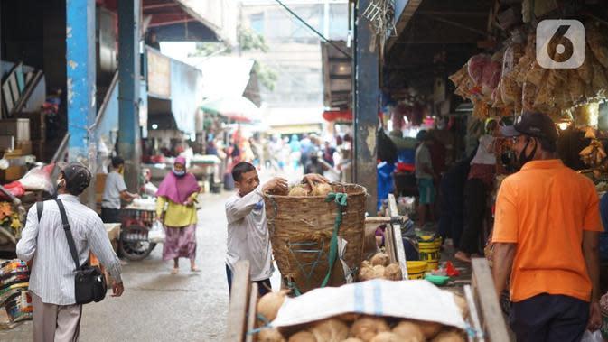 Suasana aktivitas jual beli di Pasar Minggu, Jakarta, Kamis (2/7/2020). Pemprov DKI Jakarta memutuskan untuk mengembalikan operasional seluruh pasar yang ada seperti sedia kala dengan memperpanjang jam buka pasar serta menghapus sistem operasional ganjil genap. (Liputan6.com/Immanuel Antonius)