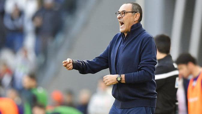 Pelatih Juventus, Maurizio Sarri, memberikan arahan kepada anak asuhnya saat melawan Fiorentina pada laga Serie A di Stadion Allianz, Minggu (2/2/2020). Juventus menang 3-0 atas Fiorentina. (AP/Fabio Ferrari)