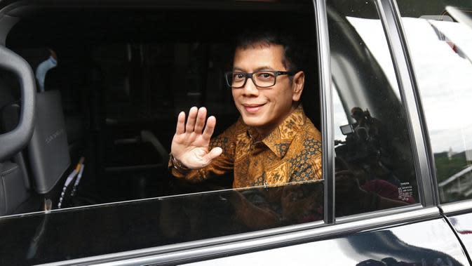 Menteri Pariwisata dan Ekonomi Kreatif Wishnutama melambaikan tangan dari dalam mobil saat tiba di Gedung KPK, Jakarta, Kamis (9/1/2020). Wishnutama mendatangi KPK untuk menyerahkan laporan harta kekayaan penyelenggara negara (LHKPN). (Liputan6.com/Herman Zakharia)