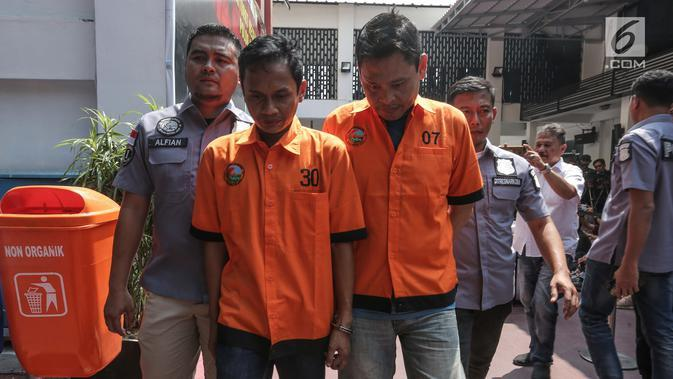 Dua tersangka E dan HM alias TB pemasok narkoba kepada komedian Tri Retno Prayudati alias Nunung dihadirkan saat rilis di Ditresnarkoba Polda Metro Jaya, Jakarta, Kamis (25/7/2019). Tersangka E ditangkap pada Minggu (21/7/2019). (Liputan6.com/Faizal Fanani)