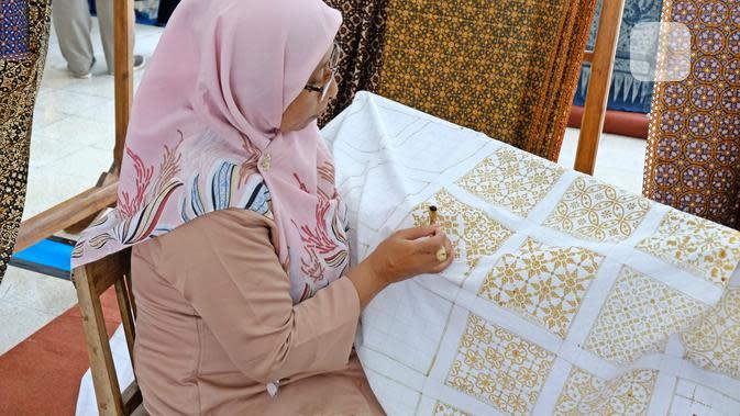 Pengrajin tengah membatik di Wastra Expo Simposium Kain Tradisional ASEAN 2019 di Royal Ambarrukmo, Yogyakarta, 5 November 2019. (Liputan6.com/Asnida Riani)