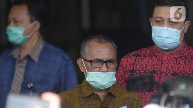 Ketua Komisi Yudisial (KY), Jaja Ahmad Jayus berjalan keluar seusai pertemuan dengan pimpinan KPK di Gedung KPK, Jakarta, Jumat (3/7/2020). Pertemuan yang berlangsung tertutup itu untuk membahas pertukaran data terkait hakim bersama pimpinan lembaga antirasuah tersebut. (merdeka.com/Imam Buhori)