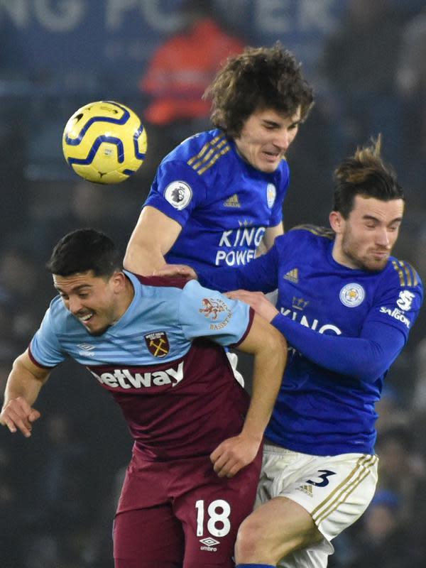 Gelandang serang West Ham United, Pablo Fornals berebut bola dengan pemain Leicester City, Caglar Soyuncu dan Ben Chilwell pada pekan 24 Liga Inggris 2019-2020 di Stadion King Power, Rabu (22/1/2020). Menjamu West Ham , Leicester City berhasil menang meyakinkan dengan skor akhir 4-1. (AP/Rui Vieira)