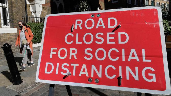 Sebuah tanda terpasang di seberang jalan yang ditutup di London setelah PM Inggris Boris Johnson mengumumkan serangkaian pembatasan baru, Kamis (24/9/2020). PM Boris meminta warga Inggris mengikuti aturan pembatasan sosial baru yang akan berlangsung selama enam bulan. (AP Photo/Kirsty Wigglesworth)