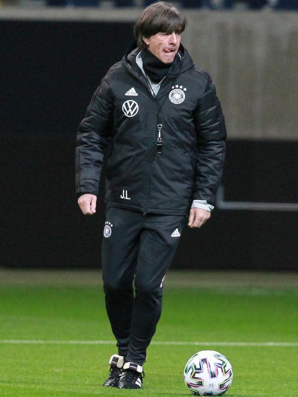 Pelatih Jerman Joachim Loew menggiring bola selama sesi latihan tim di Frankfurt am Main, Jerman barat (18/11/2019). Jerman akan bertanding melawan Irlandia Utara pada Grup C Kualifikasi Piala Eropa 2020 di Commerzbank-Arena. (AFP Photo/Daniel Roland)