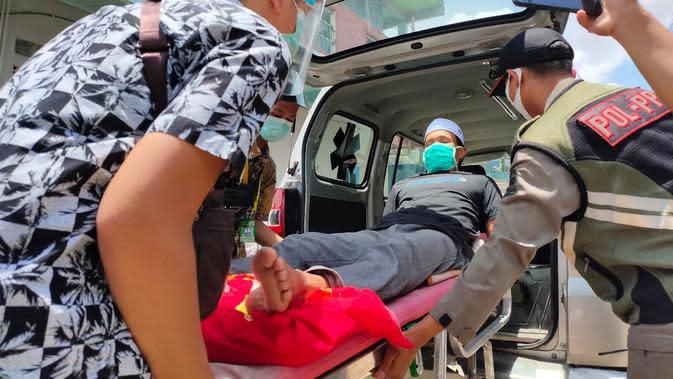 Mulyadi, warga Kota Palembang yang mengalami patah tulang ekor, dibawa ke RSUD Bari Palembang usai dikunjungi Wawako Palembang Fitrianti Agustinda (Liputan6.com / Nefri Inge)