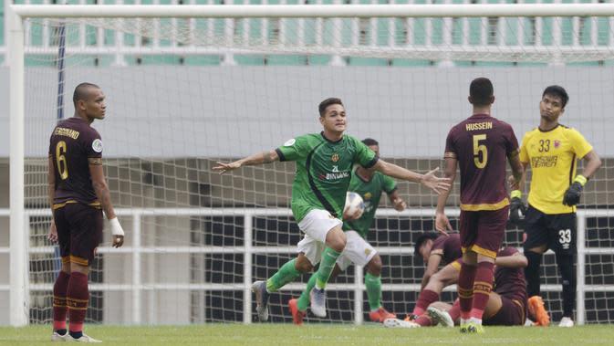 Pemain Lalenok United, Paulo Gali Freitas, melakukan selebrasi usai membobol gawang PSM Makassar pada laga Piala AFC di Stadion Pakansari, Bogor, Jawa Barat, Rabu (29/1/2020). PSM menang 3-1 atas Lalenok United. (Bola.com/M Iqbal Ichsan)
