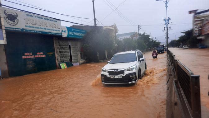 Sebuah mobil melintasi jalan yang terendam banjir di Provinsi Quang Tri, Vietnam, 8 Oktober 2020. Hujan deras dan banjir telah menyebabkan lima orang tewas dan tiga lainnya hilang di Vietnam utara dan tengah dalam beberapa hari terakhir. (Xinhua/VNA)