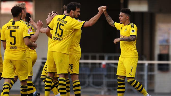 Winger Borussia Dortmund, Jadon Sancho, berhasil mencetak hattrick sekaligus membawa timnya menang 6-1 atas SC Paderborn, pada laga pekan ke-29 Bundesliga di Benteler-Arena, Minggu (31/5/2020). (AFP/Lars Baron/POOL)