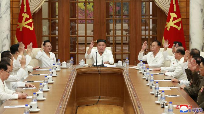 Pemimpin Korea Utara, Kim Jong-un menghadiri pertemuan politbiro Partai Buruh di Pyongyang, Selasa (25/8/2020). Kim Jong-un muncul membahas ekonomi Korea Utara di tengah pandemi Covid-19 dan topan saat dirinya dirumorkan dalam kondisi koma. (Korean Central News Agency/Korea News Service via AP)