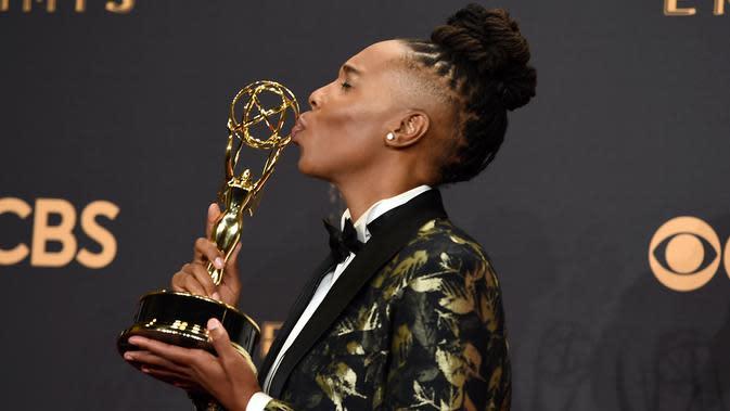 Lena Waithe berpose dengan trofi usai meraih penghargaan pada Emmy Awards 2017 di Los Angeles. (Jordan Strauss/Invision/AP)