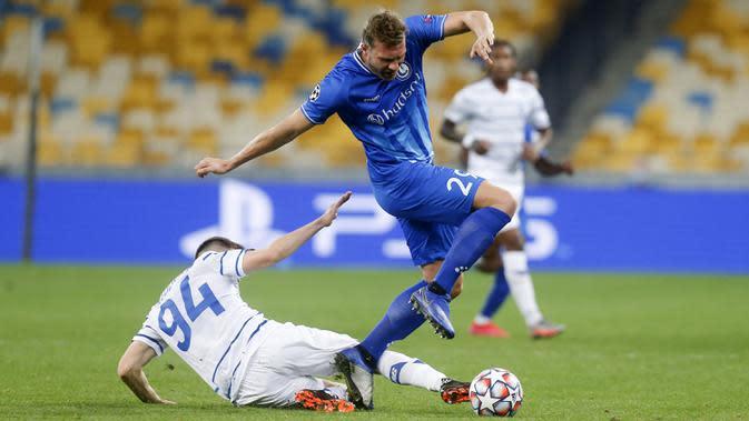 Bek Dynamo Kyiv, Tomasz Kedziora, berebut bola dengan penyerang Gent, Laurent Depoitre, pada laga kedua play-off Liga Champions di Stadion Olimpiade Kiev, Rabu (30/9/2020) dini hari WIB. Dynamo Kyiv menang 3-0 atas Gent.