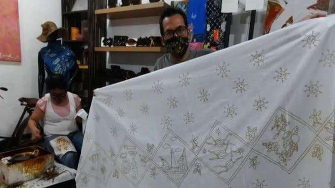 Perajin batik difabel di Rumah Batik Palbatu membuat masker dari kain batik