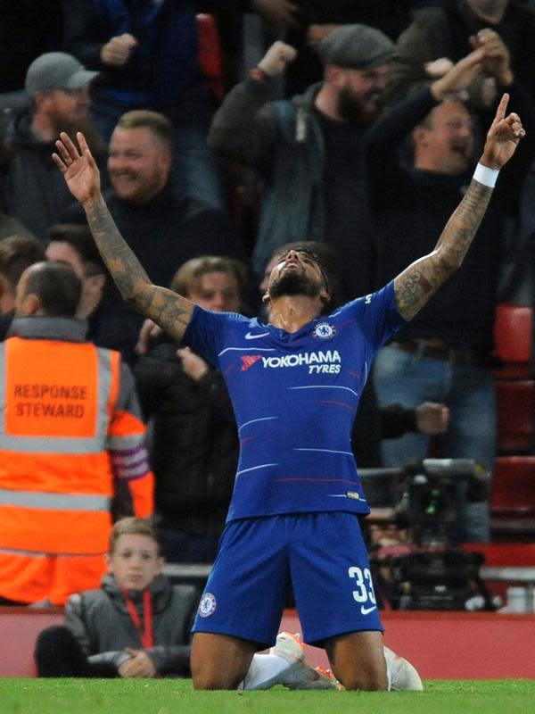 Gelandang Chelsea, Emerson Palmieri usai mencetak gol ke gawang Liverpool pada pertandingan babak ketiga Piala Liga Inggris di stadion Anfield (26/9). Chelsea berhasil mengalahkan Liverpool 2-1. (AP Photo/Rui Vieira)
