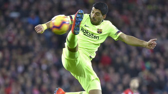 Penyerang Barcelona, Luis Suarez mengontrol bola saat bertanding melawan Athletic Bilbao pada La Liga Spanyol di stadion San Mames di Bilbao pada 10 Februari 2019. (AFP/Ander Gillenea)