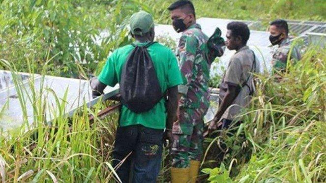 VIVA Militer: Prajurit TNI periksa pembangkit listrik yang telah 5 tahun mati.