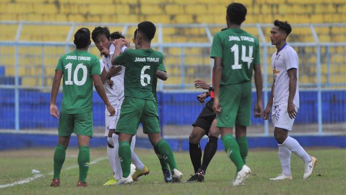 Bek Arema FC, Syaiful Indra Cahya, sempat bersitegang dengan pemain PON Jatim dalam laga uji coba di Stadion Kanjuruhan, Kabupaten Malang, Kamis (10/9/2020) sore WIB. (Bola.com/Iwan Setiawan)
