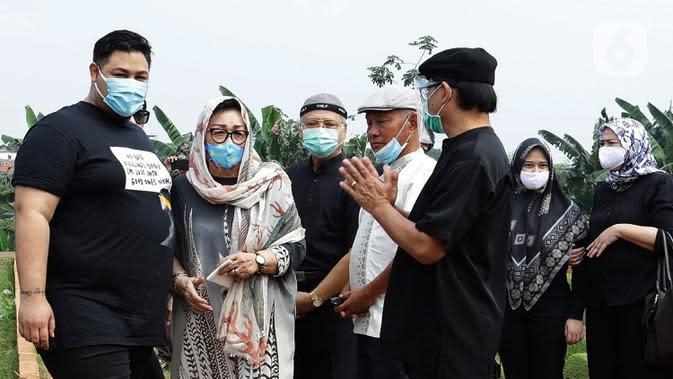 Ivan Gunawan (kiri) bersama ibunya Erna Gunawan saat menghadiri pemakaman almarhum ayahnya Bambang Tjahyo Gunawan di TPU Kampung Kandang, Jagakarsa, Jakarta Selatan, Senin (13/7/2020). Jenazah sang ayah dimakamkan pukul 10.00 WIB. (Fimela.com/Bambang Ekoros Purnama)