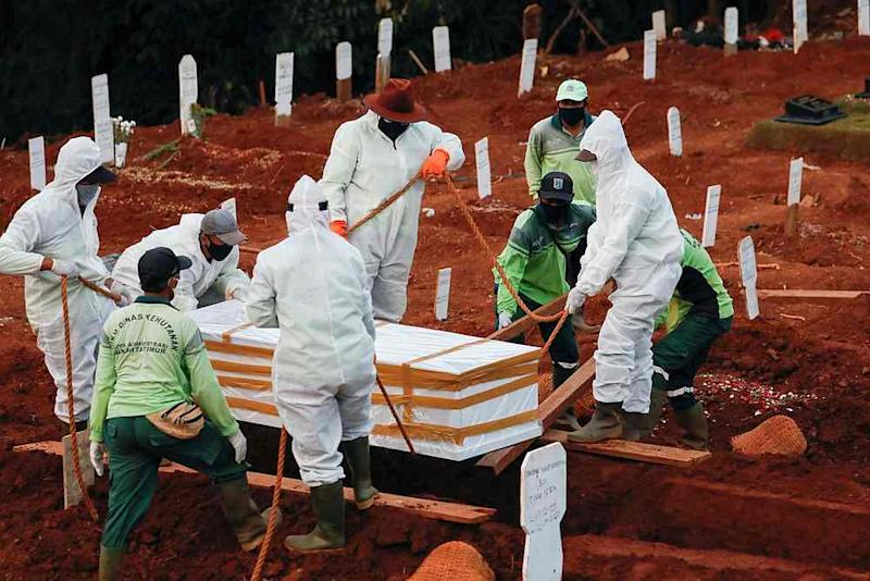 Anti-maskers in the district were tasked to help out gravediggers as they have been forced to work almost constantly with the ever-increasing number of Covid-19 deaths. — Reuters pic
