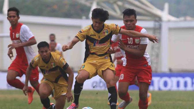 Bek kanan Mitra Kukar, Mahdi Fahri Albaar berebut bola dengan striker PSM Makassar, Ferdinand Sinaga pada babak pertama babak 8 besar Piala Presiden di Stadion Aji Imbut, Tenggarong. (Bola.com/Muhammad Ridwan)