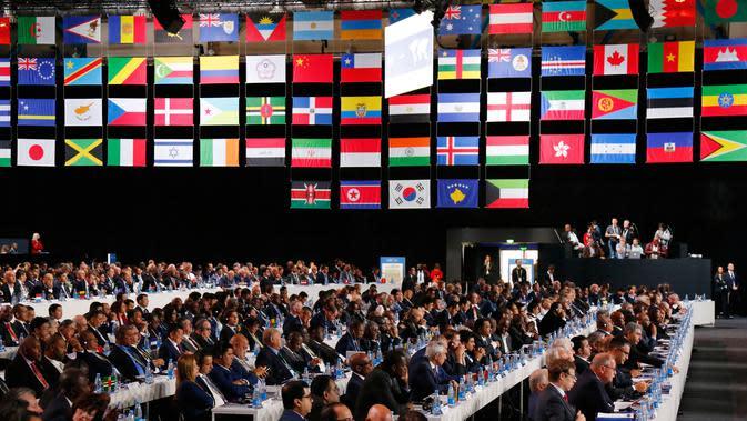 Suasana kongres FIFA di Moskow, Rusia, Rabu (13/6). Amerika Serikat, Meksiko, dan Kanada yang mengajukan sebagai tuan rumah bersama pada Piala Dunia 2018 bersaing dengan Maroko. (AP Photo/Alexander Zemlianichenko)