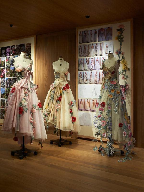 Bukan kali pertama, sebelumnya Alexander McQueen menghadirkan pameran gaun yang juga terinspirasi dari bunga Mawar. Lee Alexander McQueen, sang pendiri rumah mode kebanggaan Inggris itu juga pernah merancang gaun yang penuh bunga mawar. (Doc. Alexander McQueen)