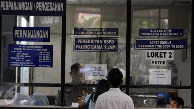 Petugas melayani warga yang membayar pajak, Kantor Samsat, Senin (15/2/2016). Pembayaran pajak juga bisa dilakukan di pusat-pusat perbelanjaan seperti Mall Kelapa Gading dan Kemang Village. (Liputan6.com/Helmi Afandi)