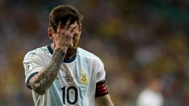 Bintang timnas Argentina, Lionel Messi tertunduk.