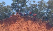才爆墜崖意外 火炎山整群遊客「緊靠懸崖」驚險畫面曝
