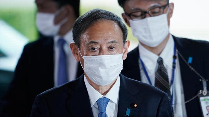 Perdana Menteri Jepang terpilih, Yoshihide Suga berjalan di kantor perdana menteri di Tokyo, Rabu (16/9/2020). Yoshihide Suga secara resmi terpilih sebagai perdana menteri Jepang dalam pemungutan suara parlemen, menggantikan Shinzo Abe yang mundur karena sakit. (AP Photo/Eugene Hoshiko)