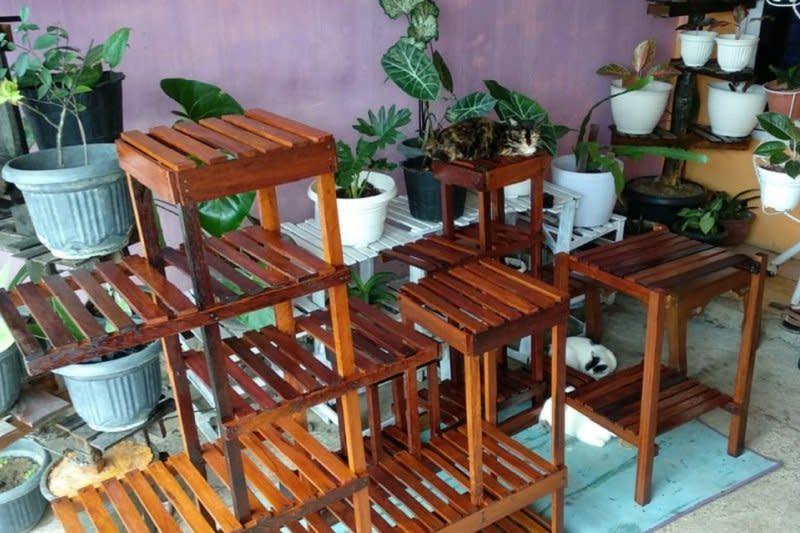 Manfaatkan sisa limbah kayu mahasiswa Unja rintis usaha rak bunga