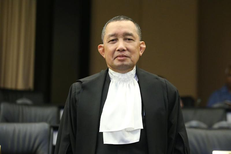 In a statement today, AG Tan Sri Idrus Harun said it was untrue that his office had not taken any action despite the investigations into water pollution that were conducted in April, as alleged by Selangor Mentri Besar Datuk Seri Amirudin Shari and published by the English portal earlier today. ― Picture by Azinuddin Ghazali