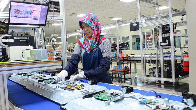 Karyawan di pabrik LG di Cibitung-Bekasi.