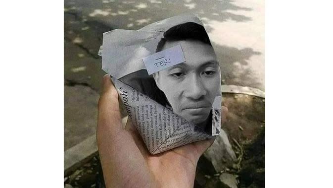 5 Foto Orang di Kertas Bungkusan Ini Bikin Ketawa Nyengir (sumber: Instagram.com/awreceh.id)
