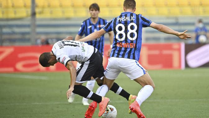 Gelandang Atalanta, Mario Pasalic, berebut bola dengan pemain Parma pada laga lanjutan Serie A di Stadio Ennio Tardini, Rabu (29/7/2020) dini hari WIB. Atalanta menang 2-1 atas Parma. (Massimo Paolone/LaPresse via AP)