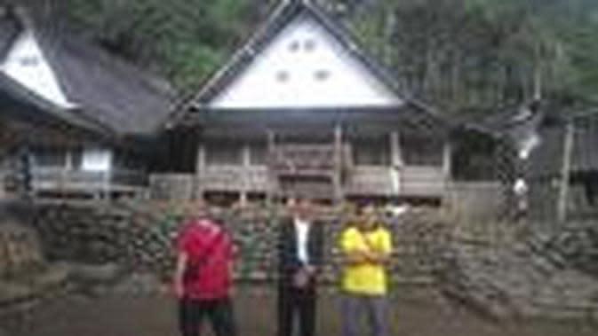 Beberapa pengunjung tengah menikmati suasana berlibur di Kampung Naga, Neglasari, Tasikmalaya, Jawa Barat (Liputan6.com/Jayadi Supriadin)