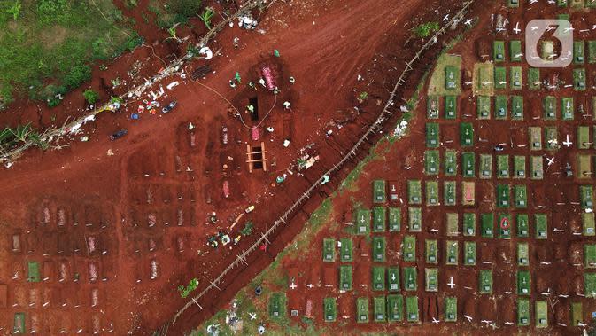 Potret udara memperlihatkan pemakaman jenazah korban COVID-19 di TPU Pondok Rangon, Jakarta, Selasa (22/9/2020). Pemprov DKI segera mencarikan lahan baru yang dapat dijadikan sebagai lokasi peristirahatan terakhir bagi orang yang meninggal akibat Corona Covid-19. (merdeka.com/Imam Buhori)