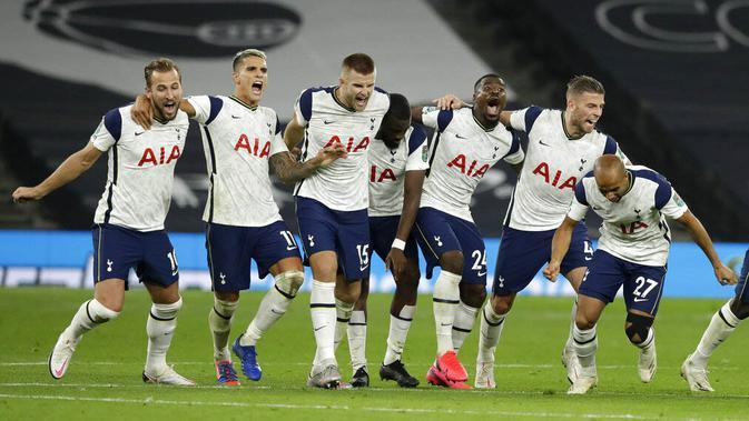 Pemain Tottenham Hotspur merayakan kemenangan atas Chelsea pada laga Piala Liga Inggris di London, Rabu (30/9/2020). Tottenham menang adu penalti dengan skor 5-4 (1-1). (Matt Dunham/Pool via AP)