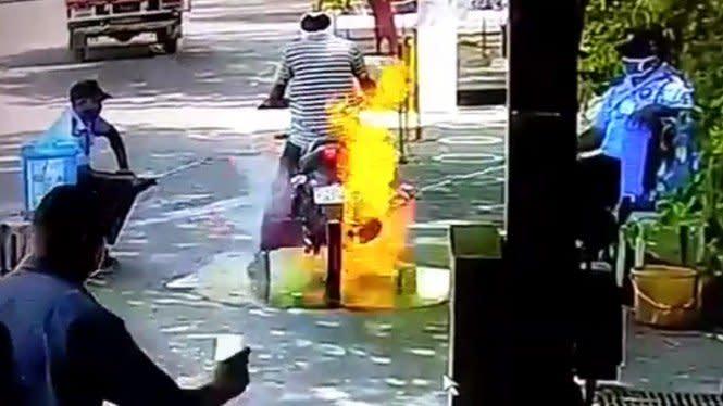 Detik-detik Motor Terbakar saat Disemprot Disinfektan