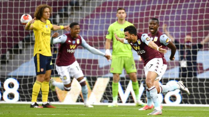 Pemain Aston Villa, Trezeguet, melakukan selebrasi usai membobol gawang Arsenal pada laga Premier League di Stadion Villa Park, Selasa (21/7/2020). Aston Villa menang 1-0 atas Arsenal. (AP Photo/Peter Powell,Pool)