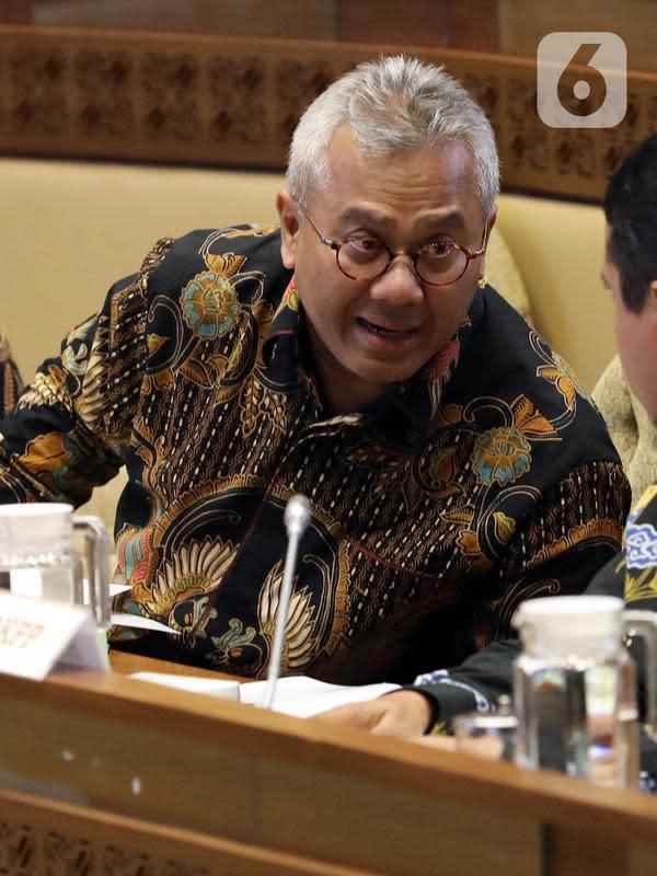 Ketua KPU Arief Budiman berbincang saat mengikuti rapat kerja dengan Komisi II DPR di Kompleks Parlemen Senayan, Jakarta, Selasa (14/1/2020). Rapat tersebut membahas Pilkada Serentak 2020 hingga kasus OTT yang menjerat Komisioner KPU Wahyu Setiawan. (Liputan6.com/Johan Tallo)