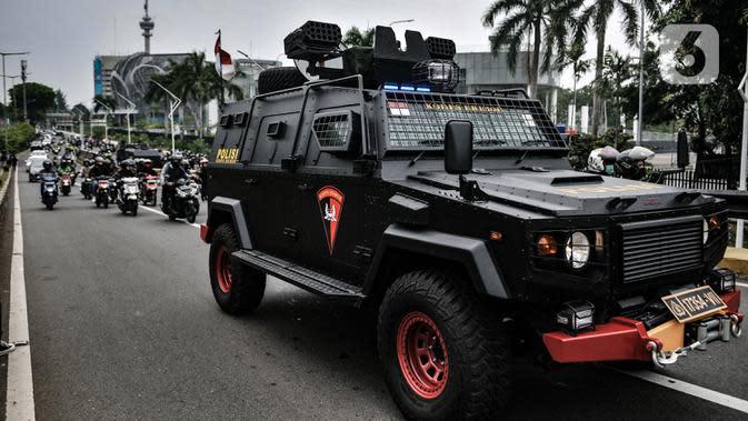 Kendaraan lapis baja dikerahkan untuk mengamankan demonstrasi UU Cipta Kerja di sekitar Gedung DPR RI, Jakarta, Kamis (8/10/2020). Polri mengerahkan 2.500 personel BKO Brimob Nusantara untuk mengamankan unjuk rasa UU Cipta Kerja di Gedung DPR dan sekitarnya. (merdeka.com/Iqbal S. Nugroho)