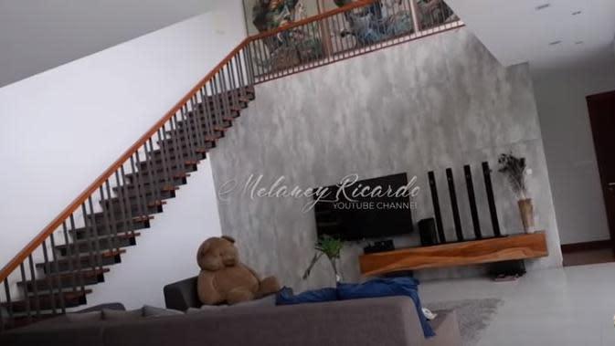 Rumah Boy William memiliki ruang keluarga yang cukup luas yang didominasi warna putih, tanpa disekat (Dok.YouTube/Melaney Ricardo)