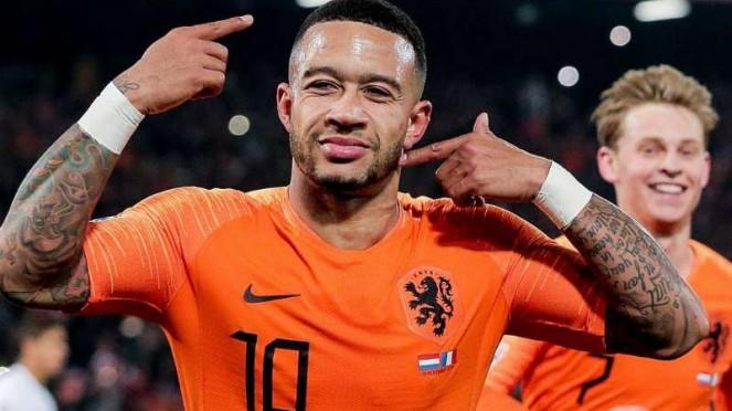Penyerang Belanda, Memphis Depay, rayakan gol.