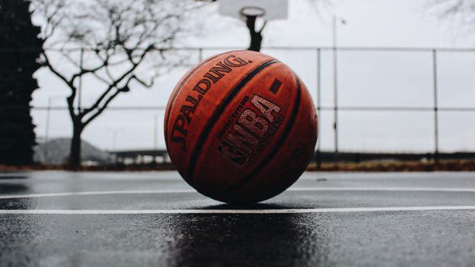 Ilustrasi basket. (Foto: Unsplash/@tjdragotta)