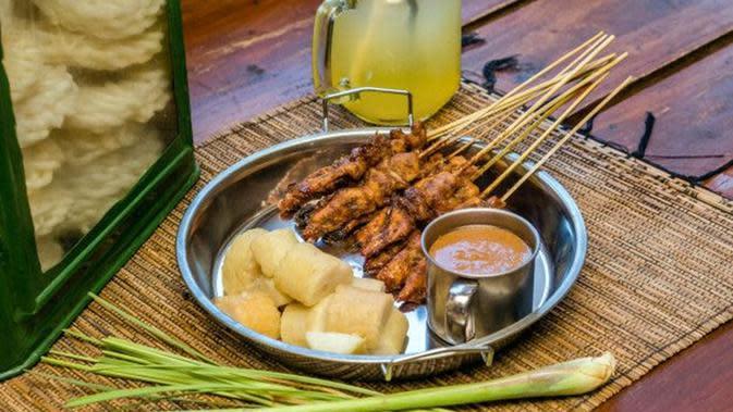 Ilustrasi Sate Ayam Bumbu Kecap Credit: freepik.com