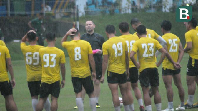 Dejan Antonic memimpin skuat PSS Sleman berlatih di lapangan UII, Sleman, Selasa (3/3/2020) sore. (Bola.com/Vincentius Atmaja)