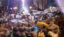 反政府抗爭衝突再升級!泰國警方發射水砲強力驅離 示威民眾傘陣對抗毫不畏懼
